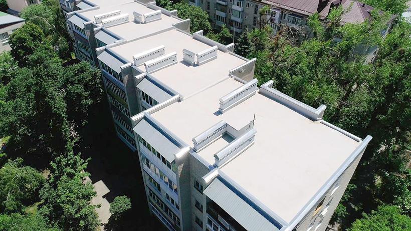 Жилое здание с крышей покрытой светлой полимерной мембраной отвечает экологическими стандартами LEED