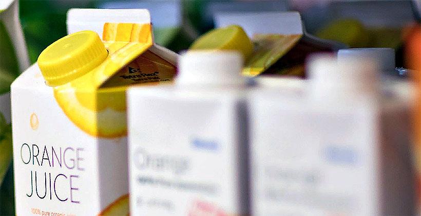 Картонная упаковка Tetra Pak® для напитков теперь включает пленку и крышки из вторично переработанных полимеров