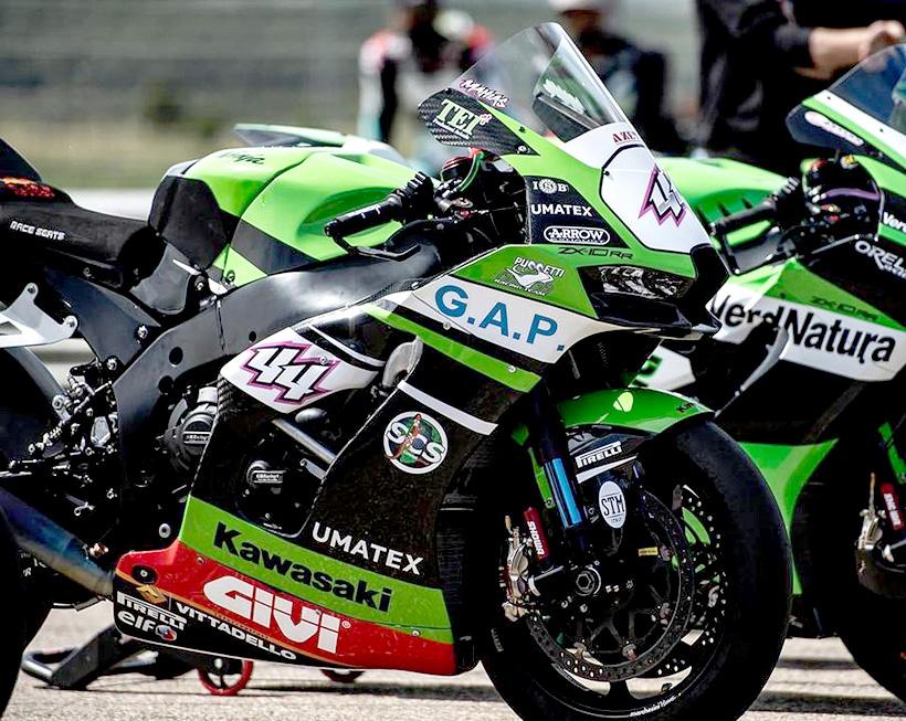 Композитный обвес UMATEX с дизайнерской тканью Airforce на основе углеродного волокна применили для мотоциклов команды командой Кawasaki Puccetti Racing