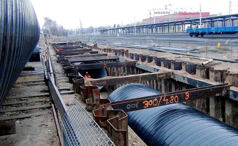 Монтаж накопительных резервуаров для системы ливневой канализации производства «Упонор Инфра» на железнодорожной станции в г. Конин, Польша